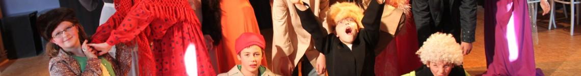 Le groupe des enfants de l'atelier théâtre 12/14 ans Saison 2012-2013